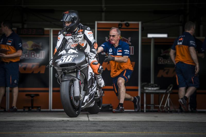 mika_kallio___mechanic_ktm_rc16_brno_2016_720.middle
